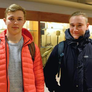 Henry Heinonen och Simon Johansson ler till kameran inne i Borgå gymnasium