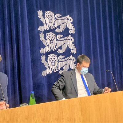 Viron ulkoministeri Urmas Reinsalu (vas.), pääministeri Jüri Ratas ja maatalousministeri Arvo Aller tiedottivat torstaina uusista päätöksistä koronarajoitusten lievennyksiin liittyen.