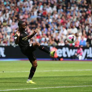 Sterling lobbar in bollen över en utrusande Fabianski