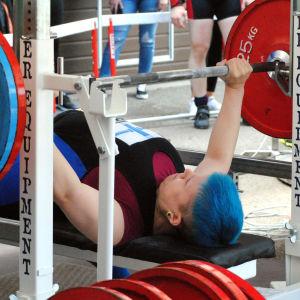 Susanna Törrönen pressar upp tyngderna.