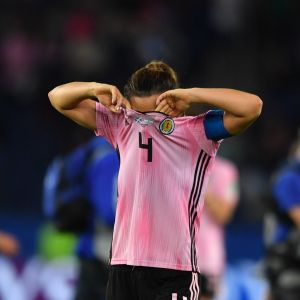 Skottlands lagkapten Rachel Corsie deppar efter att Skottland åkt ut EM efter 3-3 mot Argentina.