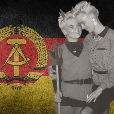DDR:n lipun edessä kaksi nuorta
