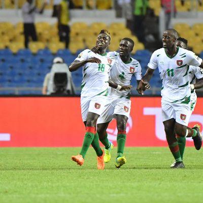 Guinea-Bissaun pelaajat juhlivat Piquetin maalia.
