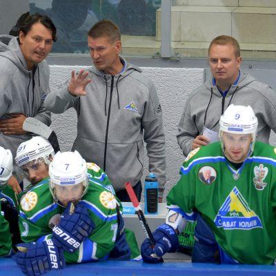Erkka Westerlund med sina assisterande tränare och spelare.