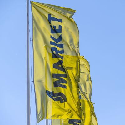 S-marketin liput kuvattuna liikekeskus Setrin edustalla Mikkelissä