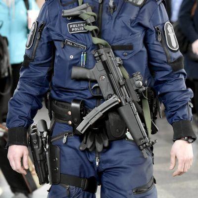 Polis beväpnad med maskinpistol av modellen MP5