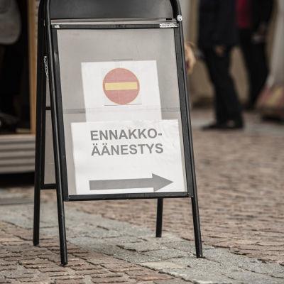 Mikkelin torilla käynnistyi kuntavaalien ennakkoäänestys.