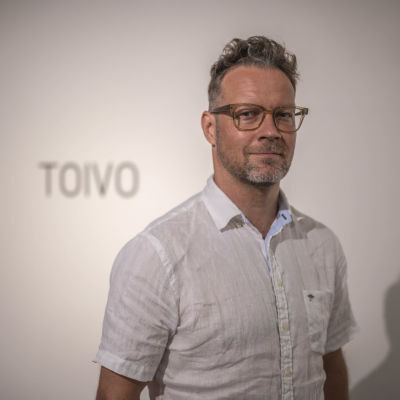 Kuvassa taiteilija-kuraattori Jani Leinonen Mikkelin nykytaiteen biennaalissa kuvattuna.
