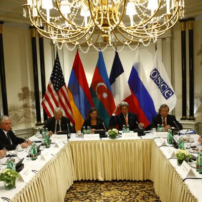 Armeniens president Serzh Sarkisian och Azerbajdzjans president Ilham Aliyev träffades i Wien där USA, Ryssland och Frankrike medlade mellan länderna