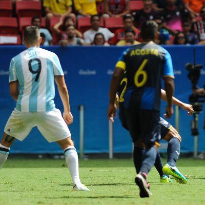Argentiinan Angel Correa harhauttaa.