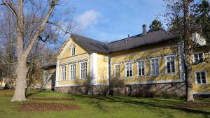 Ett gammalt gult trähus