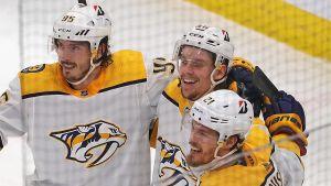 Nashvilles Erik Haula (i mitten) firar sitt mål.