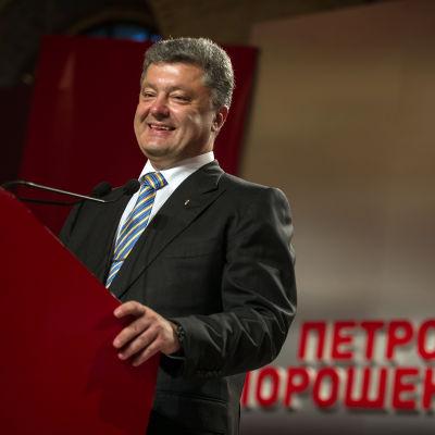 Petro Porosjenko talar vid en presskonferens under valdagen den 25 maj 2014.