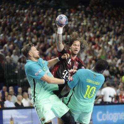 Andreas Nilsson (Veszprem) klämmer sig igenom Barcelonas försvar.