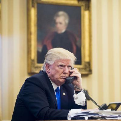 USA:s president Donald Trump talar i telefon med Australiens premiärminister