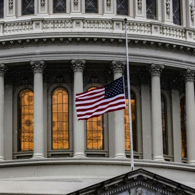 Flaggan vajar på halvstång utanför Capitolium den 11 februari 2021.