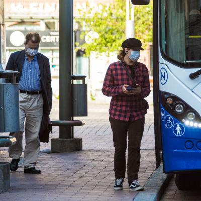 Bussiin menijät käyttivät kasvomaskia ensimmäisenä suosituspäivänä 14. elokuuta.