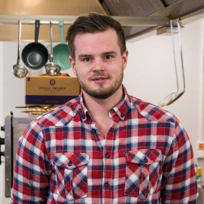 Kocken Mattias Åhman i ett kök.