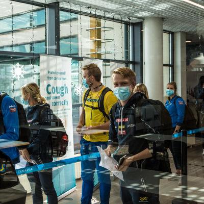 Ruotsalaisia urheilijoita Pirkkalan lentokentällä.