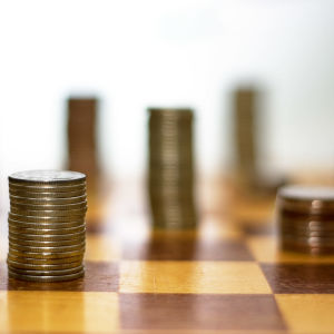 Pengar uppradade i olika torn på ett schackbräde.