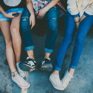 ungdomars fötter och ben.