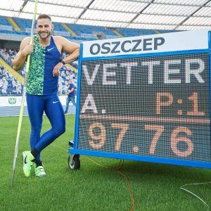 Johannes Vetter står bredvid resultattavlan, där det står 97,76