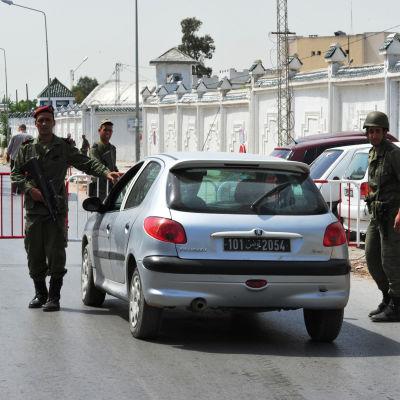 Soldater utanför kasernen i Tunis där en soldat öppnade eld mot sina kolleger.