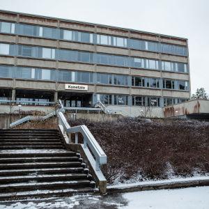Yhtenäiskoulu Tampereen yliopiston Hervannan kampusalueella Konetalossa.
