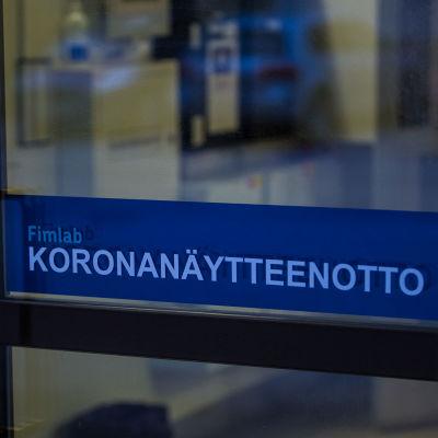 Koronavirustesti-opaste Tampereella joulukuussa 2020.