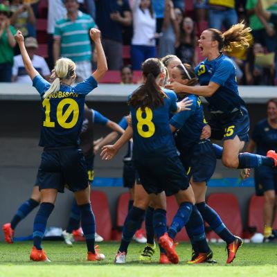Svensk glädje efter att semifinalplatsen säkrades.