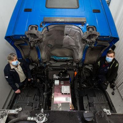 TAMKin konetekniikan koulutuksen projektipäällikkö Jukka Pellinen ja diesel-kuorma-auto, jota ollaan muuttamassa sähköllä toimivaksi.