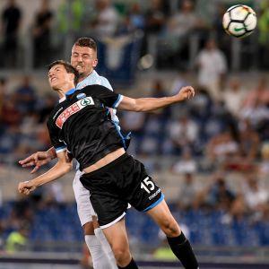 Sauli Väisänen i duell med en Lazio-spelare.