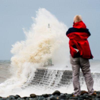 Hurrikaani Katen jäänteet Ylsivät Walesin rannikolle.