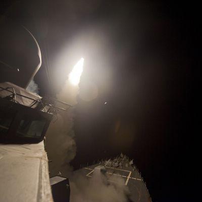 USS Arleigh Burke avfyrar Tomahawkmissiler mot IS-mål i Syrien i september 2014.