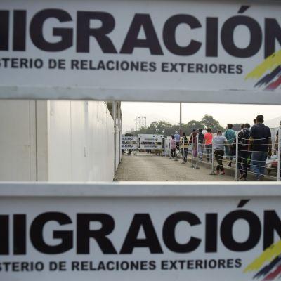Människor köar till passkontrollen vid en gränsövergång mellan Venezuela och colombia