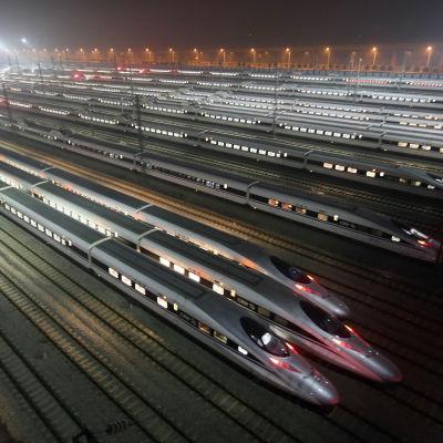 Snabbgående tåg på servicebangård i Wuhan i Kina i december 2012.