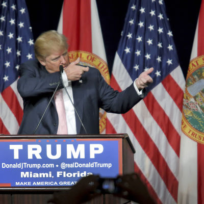 Donald Trump under ett valmöte i Florida.