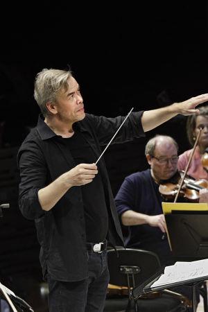 kapellimestari Hannu Lintu johtaa Radion sinfoniaorkesteria