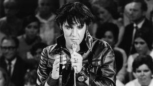 Elvis lavalla nahkavaatteissa vuonna 1968. Kuva dokumenttielokuvasta Seitsemän kertaa Elvis.