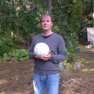 Mårten Westö och fotbollen.