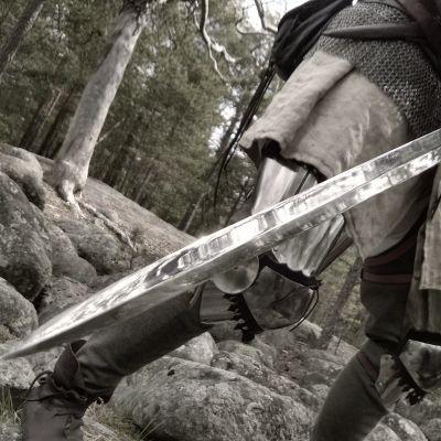 Keskiaikainen sotilas käyttää miekkaa.