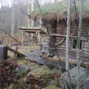 Syksyinen kuva saunasta joka ensimmäisenä rakenuksena rakennettiin lähes 20v sitten.