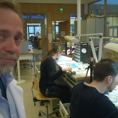 Vicerektor Jouni Pöllänen vid Urmakarskolan i Esbo