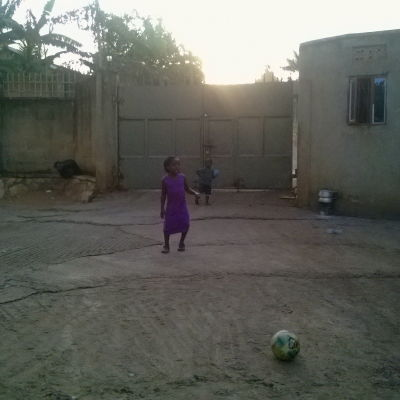 Barn spelar fotboll i afrika