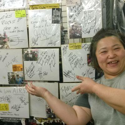 Försöljare och autografer i musik-dvd affär i Tokyo