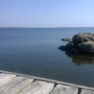 brygga i förgrunden, lugnt hav