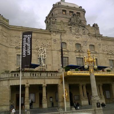 Dramatens fasad med Bergmanfestivalens flagga.