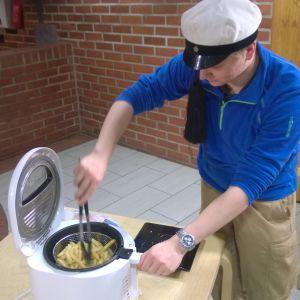 Heikki Hynynen tekee ranskalaisia friteerauskeittimellä