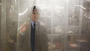 Matt Dillons seriemördare kikar fram bakom ett plastskynke.