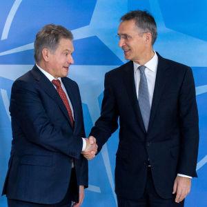 Finlands president Sauli Niinistö och Natos generalsekreterare Jens Stoltenberg i Bryssel den 9 november 2016.
